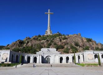 España totalitaria: acaba con el franquismo y echa a los benedictinos