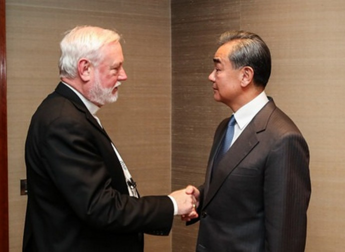 Monsignor Callagher e il ministro degli Esteri cinese