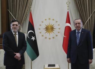 Libia: Erdogan disfruta mientras rusos y turcos estudian la paz