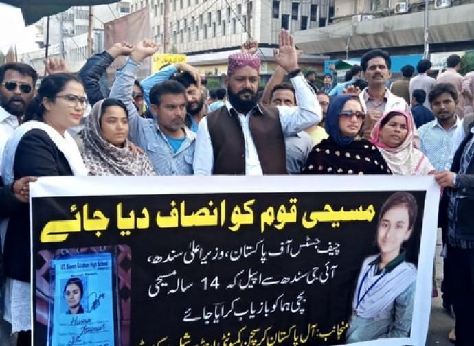 Manifestación a favor de Huma (a la izquierda el abogado, al lado de los padres
